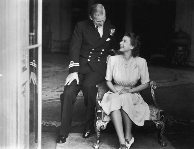 Loạt ảnh ghi dấu chuyện tình đẹp như cổ tích của Hoàng tế Philip và Nữ hoàng Elizabeth ảnh 6