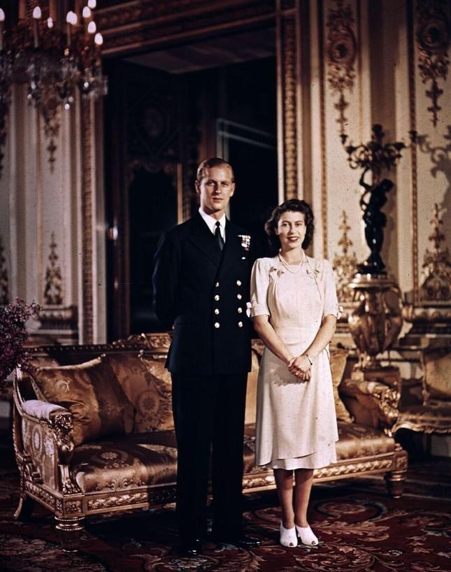 Loạt ảnh ghi dấu chuyện tình đẹp như cổ tích của Hoàng tế Philip và Nữ hoàng Elizabeth ảnh 10