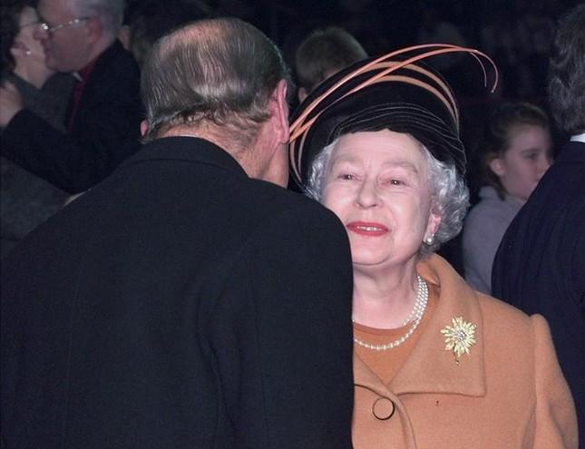 Loạt ảnh ghi dấu chuyện tình đẹp như cổ tích của Hoàng tế Philip và Nữ hoàng Elizabeth ảnh 28