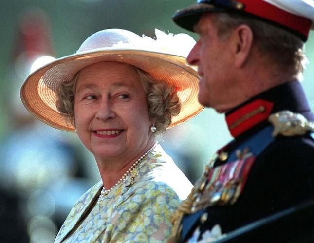 Loạt ảnh ghi dấu chuyện tình đẹp như cổ tích của Hoàng tế Philip và Nữ hoàng Elizabeth ảnh 23