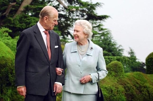 Loạt ảnh ghi dấu chuyện tình đẹp như cổ tích của Hoàng tế Philip và Nữ hoàng Elizabeth ảnh 32