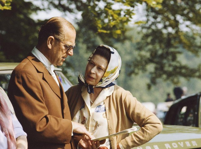 Loạt ảnh ghi dấu chuyện tình đẹp như cổ tích của Hoàng tế Philip và Nữ hoàng Elizabeth ảnh 21