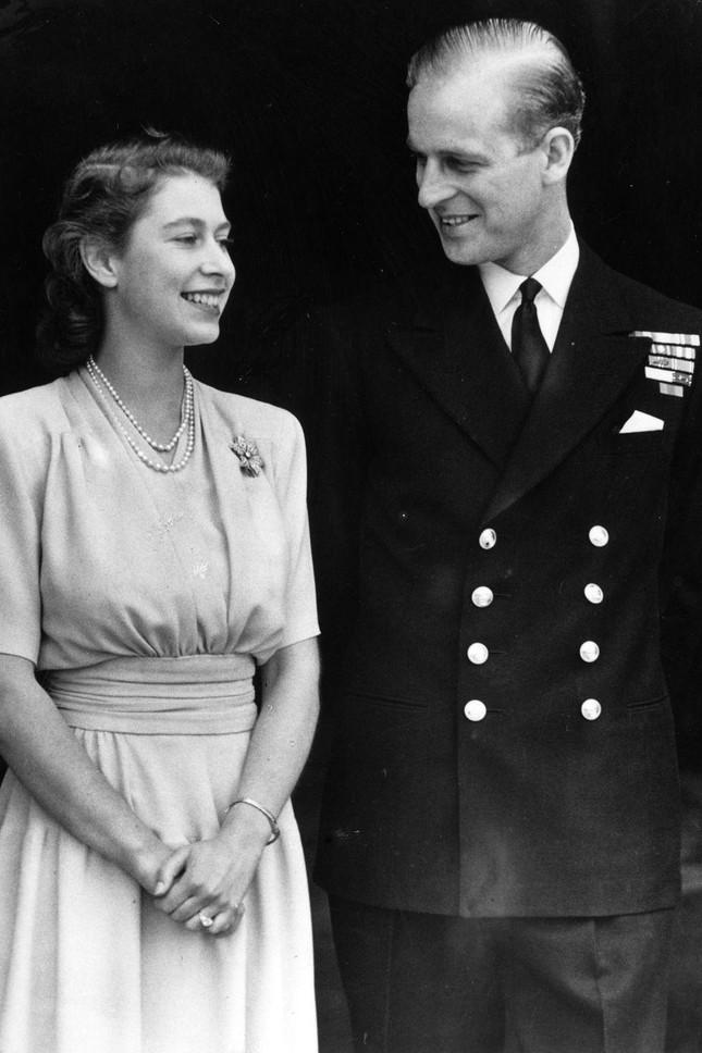 Loạt ảnh ghi dấu chuyện tình đẹp như cổ tích của Hoàng tế Philip và Nữ hoàng Elizabeth ảnh 4