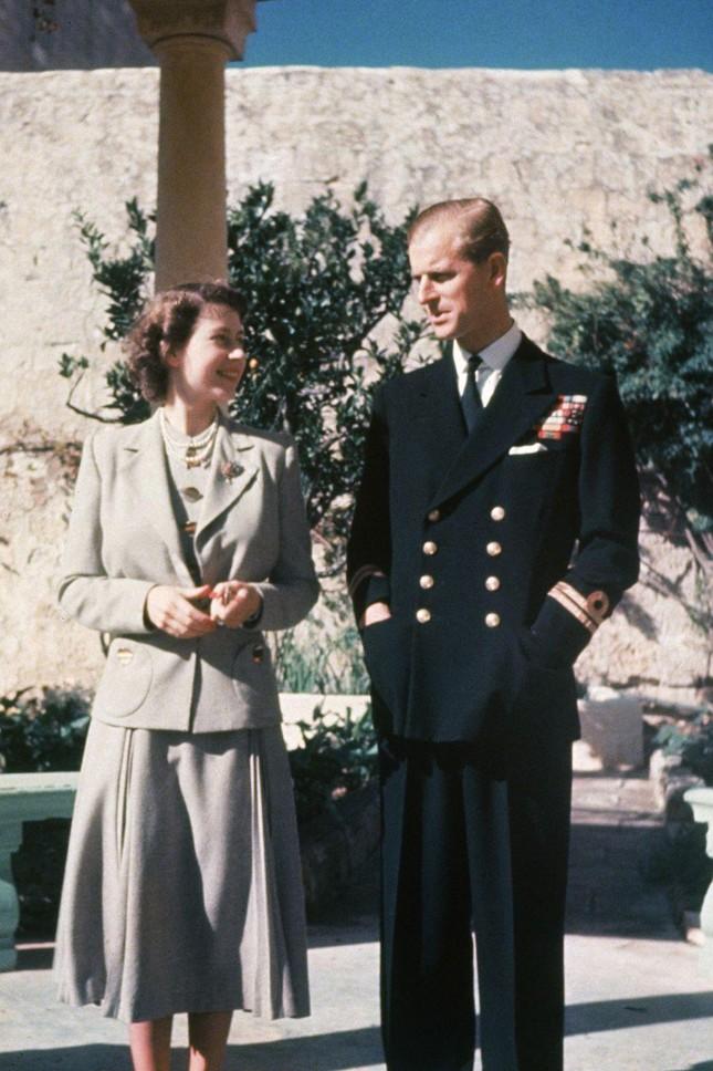 Loạt ảnh ghi dấu chuyện tình đẹp như cổ tích của Hoàng tế Philip và Nữ hoàng Elizabeth ảnh 8