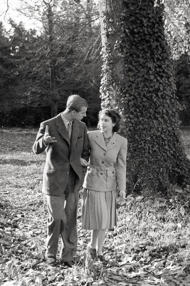 Loạt ảnh ghi dấu chuyện tình đẹp như cổ tích của Hoàng tế Philip và Nữ hoàng Elizabeth ảnh 11