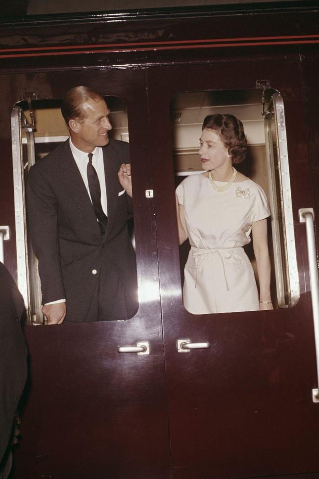 Loạt ảnh ghi dấu chuyện tình đẹp như cổ tích của Hoàng tế Philip và Nữ hoàng Elizabeth ảnh 16