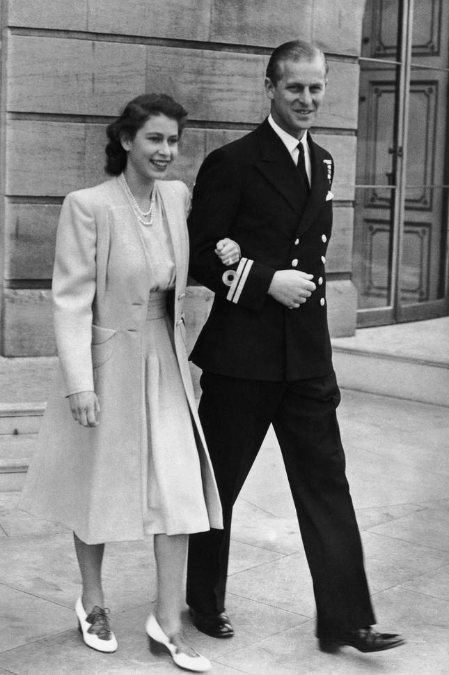 Loạt ảnh ghi dấu chuyện tình đẹp như cổ tích của Hoàng tế Philip và Nữ hoàng Elizabeth ảnh 5