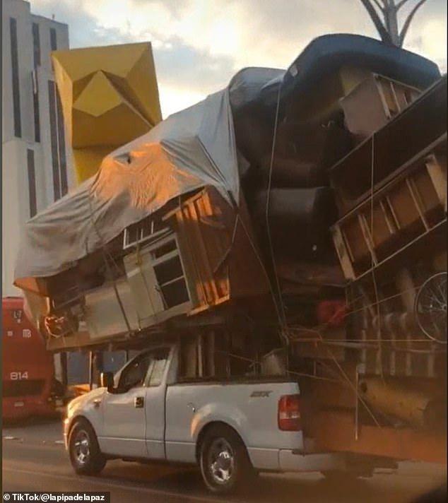 Xe bán tải thồ cả 'núi' đồ nội thất vẫn bon bon đi trên đường ảnh 1