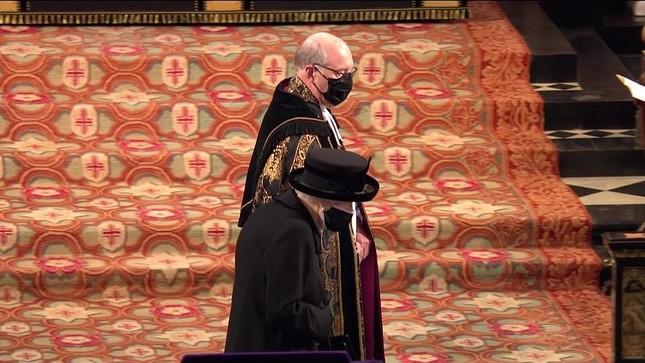 Nữ hoàng Anh lặng lẽ lau nước mắt khi tiễn đưa Hoàng thân Philip ảnh 4