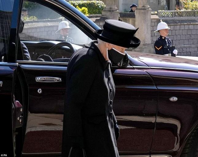 Nữ hoàng Anh lặng lẽ lau nước mắt khi tiễn đưa Hoàng thân Philip ảnh 2