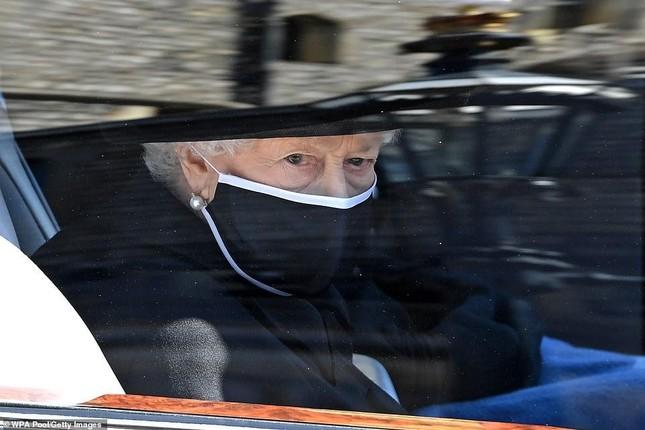 Nữ hoàng Anh lặng lẽ lau nước mắt khi tiễn đưa Hoàng thân Philip ảnh 1