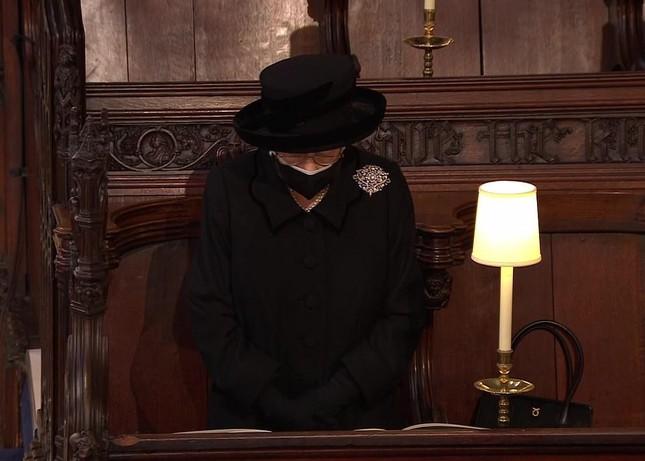 Nữ hoàng Anh lặng lẽ lau nước mắt khi tiễn đưa Hoàng thân Philip ảnh 9