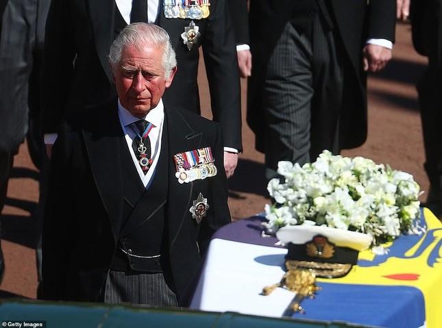 Nữ hoàng Anh lặng lẽ lau nước mắt khi tiễn đưa Hoàng thân Philip ảnh 5