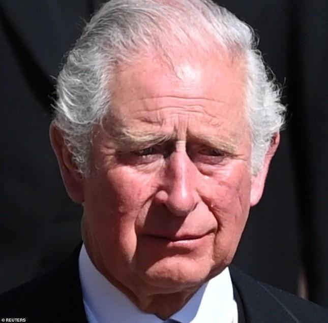 Nữ hoàng Anh lặng lẽ lau nước mắt khi tiễn đưa Hoàng thân Philip ảnh 6