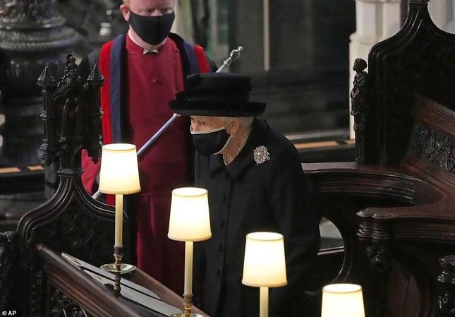 Nữ hoàng Anh lặng lẽ lau nước mắt khi tiễn đưa Hoàng thân Philip ảnh 7