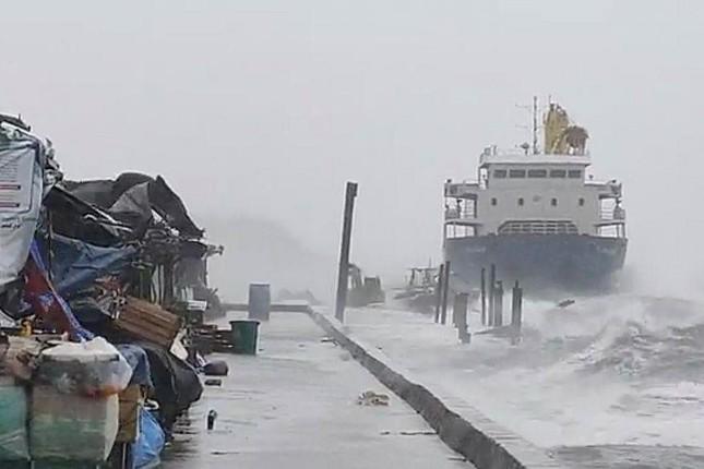 Philippines 'thở phào' vì siêu bão đầu tiên trong năm không đổ bộ đất liền ảnh 1