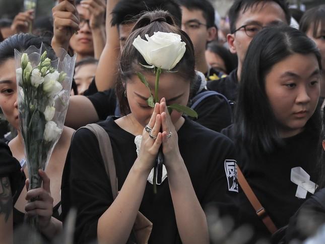 Hong Kong: Số người biểu tình tăng kỷ lục, thủ lĩnh 'Cách mạng ô' ra tù ảnh 4