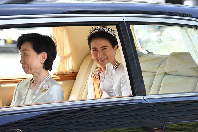 Tân vương Nhật đăng quang với 2 báu vật hoàng cung ảnh 2
