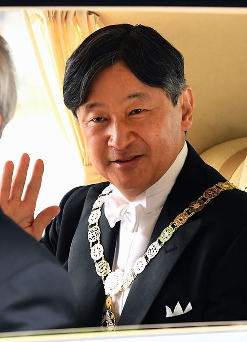 Tân vương Nhật đăng quang với 2 báu vật hoàng cung ảnh 1