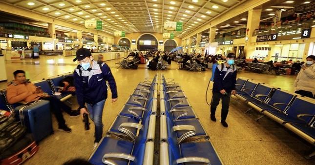 Vì coronavirus mới, Trung Quốc ngừng tour đoàn toàn quốc, huỷ cấp giấy hôn thú ảnh 2