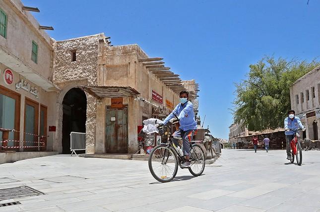 Vợ chồng Phó Tổng thống Nam Sudan mắc COVID-19, Qatar đóng cửa các cửa hàng ảnh 1