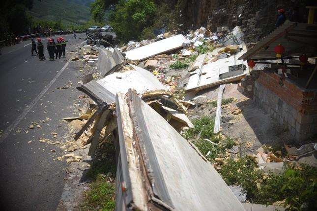 Xe tải bất ngờ lật ngửa trên đèo, 2 người tử vong ảnh 1