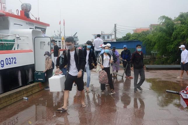 Hàng trăm du khách vội vã rời đảo Lý Sơn để tránh bão số 5 ảnh 3