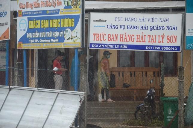 Hàng trăm du khách vội vã rời đảo Lý Sơn để tránh bão số 5 ảnh 1