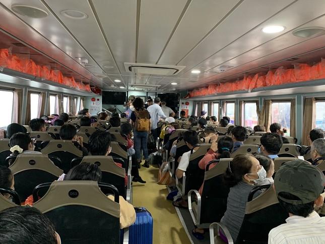 Hàng trăm du khách vội vã rời đảo Lý Sơn để tránh bão số 5 ảnh 2