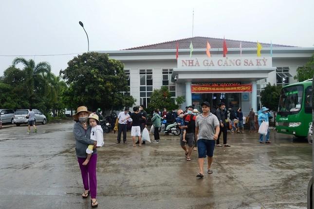 Hàng trăm du khách vội vã rời đảo Lý Sơn để tránh bão số 5 ảnh 4