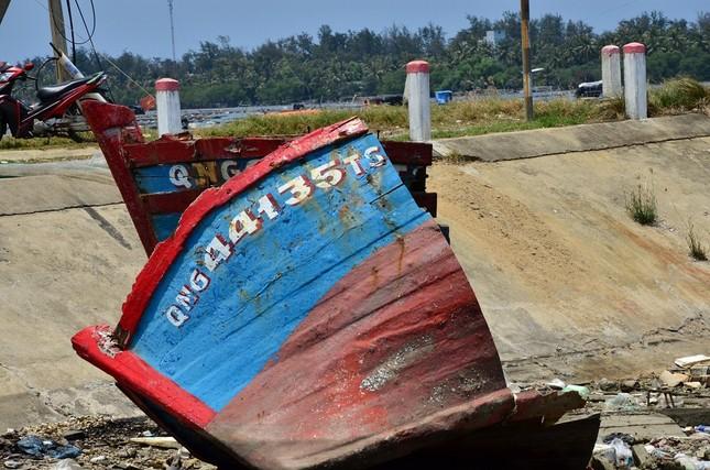 Nhếch nhác 'nghĩa địa' tàu cá tiền tỉ ở cảng Sa Huỳnh ảnh 9