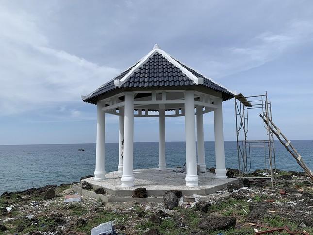 Tháo dỡ điểm dừng chân du lịch xây trên bãi đá nham thạch ngàn năm tuổi ở đảo Bé-Lý Sơn ảnh 1