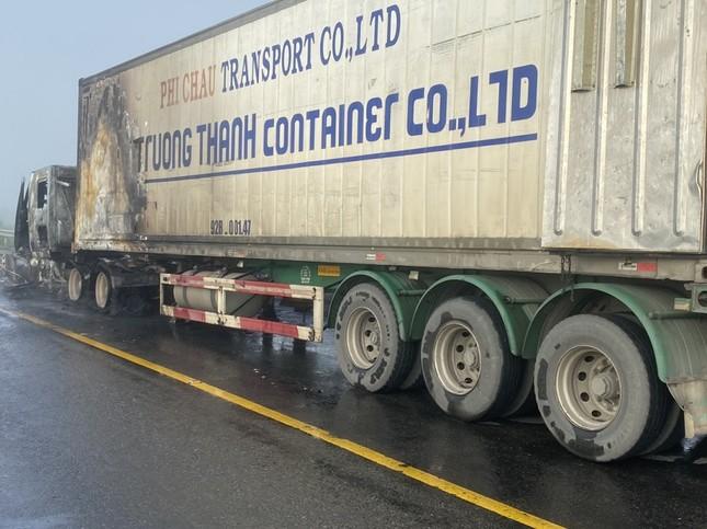 Xe container bốc cháy dữ dội, tài xế bung cửa thoát thân ảnh 3