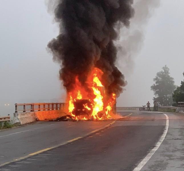 Xe container bốc cháy dữ dội, tài xế bung cửa thoát thân ảnh 1