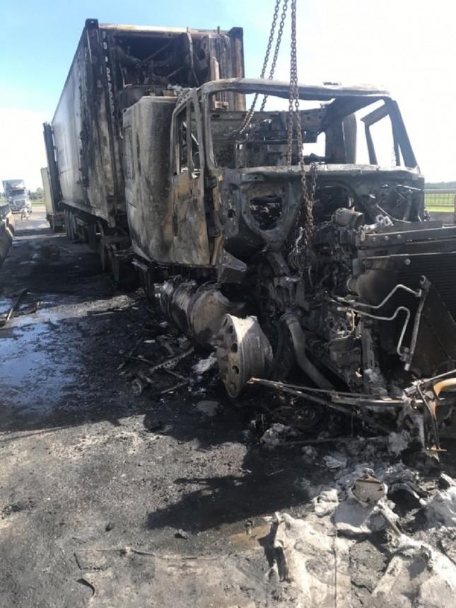 Xe container bốc cháy dữ dội, tài xế bung cửa thoát thân ảnh 5