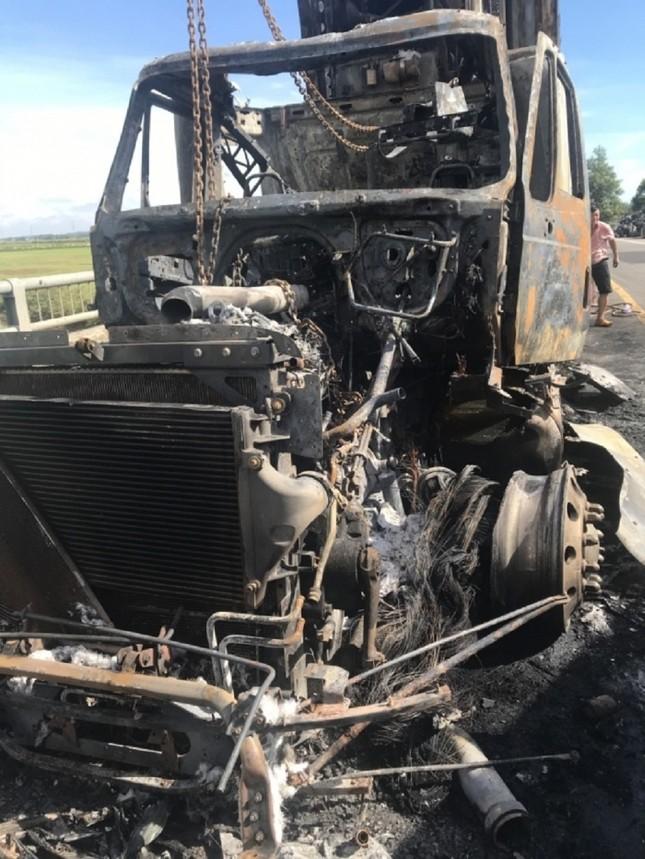 Xe container bốc cháy dữ dội, tài xế bung cửa thoát thân ảnh 6