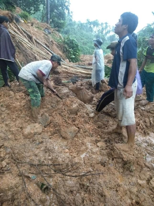 Ảnh hưởng bão số 6: Sạt lở núi chia cắt nhiều tuyến đường, Quảng Ngãi thiệt hại nặng ảnh 1