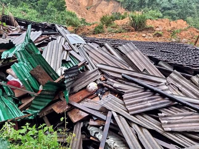 Ảnh hưởng bão số 6: Sạt lở núi chia cắt nhiều tuyến đường, Quảng Ngãi thiệt hại nặng ảnh 2