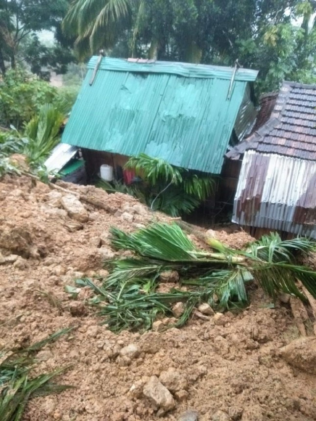 Ảnh hưởng bão số 6: Sạt lở núi chia cắt nhiều tuyến đường, Quảng Ngãi thiệt hại nặng ảnh 3