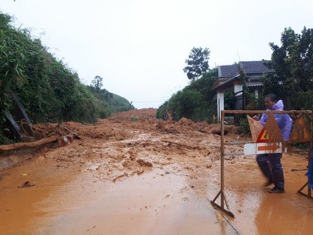 Ảnh hưởng bão số 6: Sạt lở núi chia cắt nhiều tuyến đường, Quảng Ngãi thiệt hại nặng ảnh 8