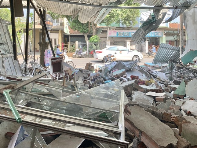 Hiện trường tan hoang vụ 'xe điên' lao vào nhà dân ở Quảng Ngãi ảnh 9