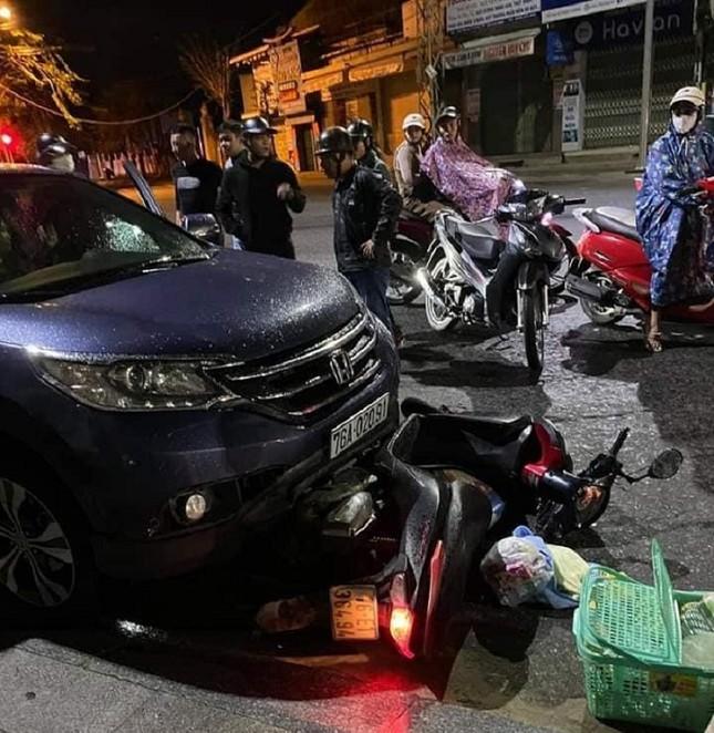Kinh hãi cảnh ô tô 'nuốt' xe máy chở thai phụ rồi kéo lê trên phố ảnh 1
