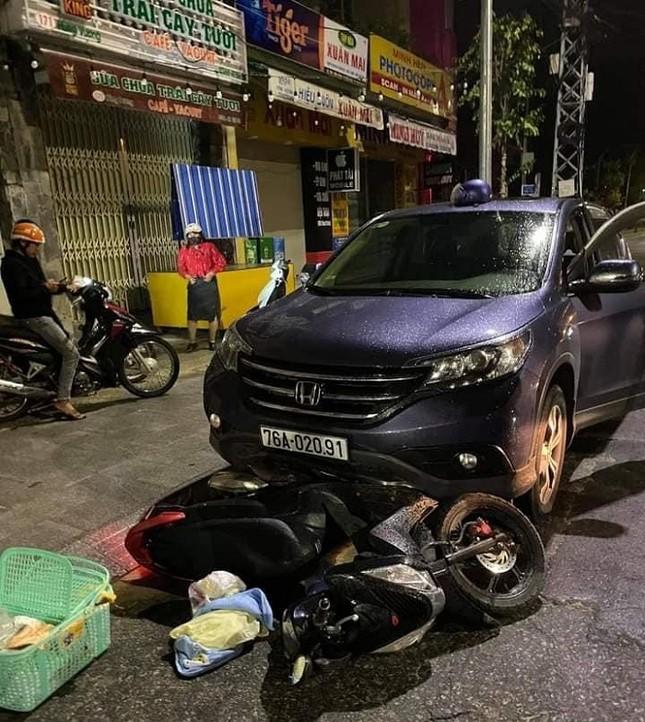 Kinh hãi cảnh ô tô 'nuốt' xe máy chở thai phụ rồi kéo lê trên phố ảnh 2