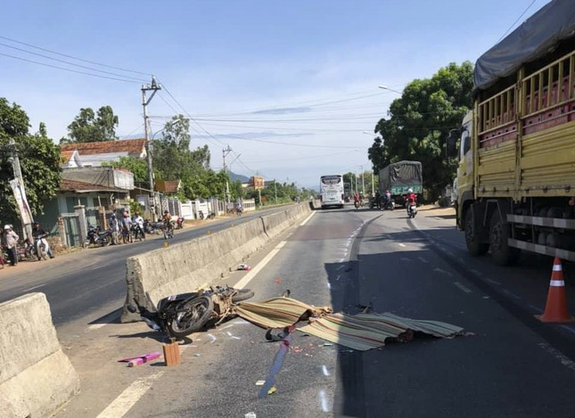 Tai nạn nghiêm trọng ở Bình Định, 2 người chết 1 người bị thương ảnh 1