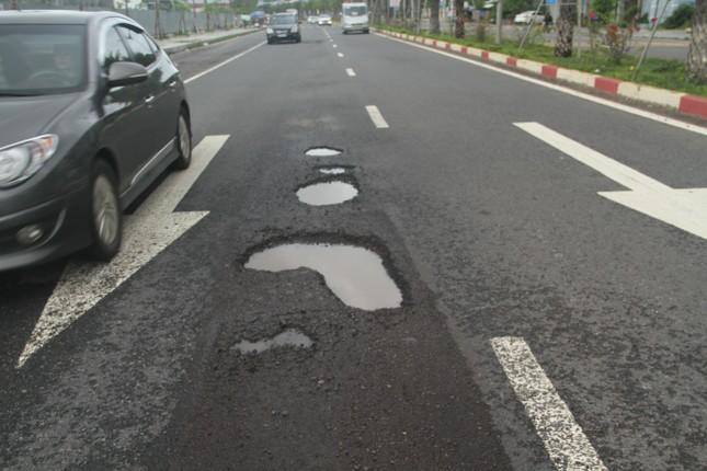 Quốc lộ 1D đi qua Bình Định lại 'áo rách' sau mưa ảnh 2