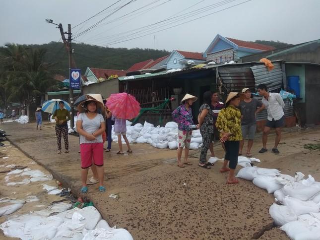 Bình Định ban bố tình trạng khẩn cấp, khẩn trương sửa kè biển bị sóng đánh sập ảnh 2