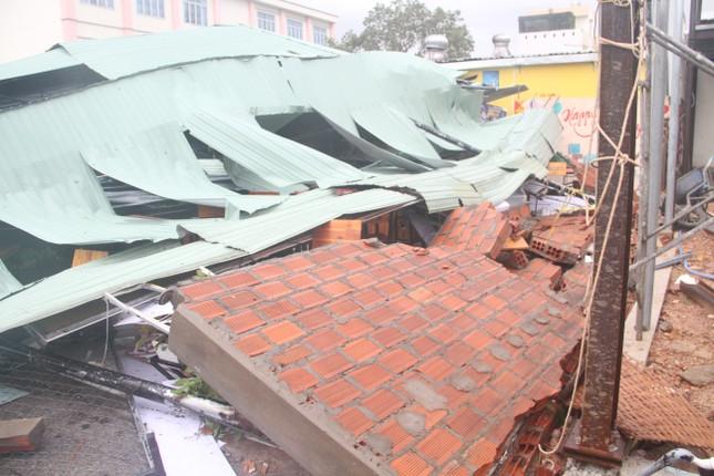 Sau bão số 5, cây cối đổ ngổn ngang, bãi biển Quy Nhơn ngập ngụa rác ảnh 7