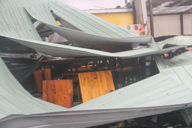 Sau bão số 5, cây cối đổ ngổn ngang, bãi biển Quy Nhơn ngập ngụa rác ảnh 8