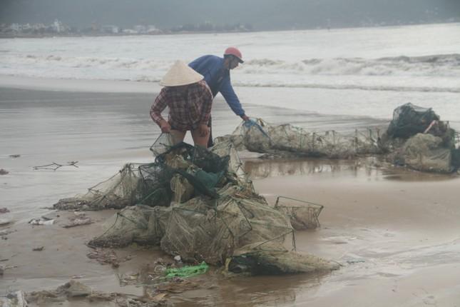 Sau bão số 5, cây cối đổ ngổn ngang, bãi biển Quy Nhơn ngập ngụa rác ảnh 13