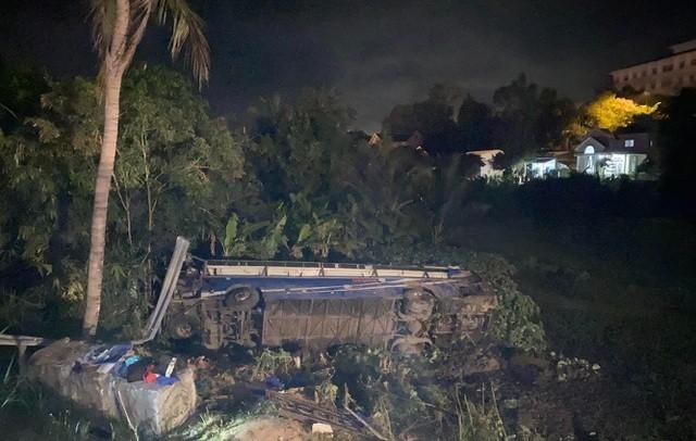 Xe khách lao xuống ruộng tối mùng Một Tết, 26 người bị thương ảnh 1